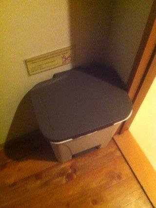 ドミトリールーム内のゴミ箱