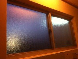 共同洗面台のガラス窓