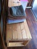 部屋の洗濯物干しスペースのベンチ