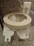 共同トイレ内洗面台のゴミ箱