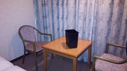 部屋にテーブルセットもあり