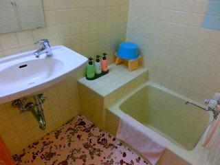 古いですが清潔感ある浴室