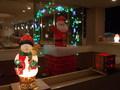 クリスマスシーズンは、入口ではサンタがお出迎え