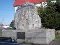 温泉発祥の地の立派な碑が目の前にあります