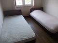 ベッドは片方だけメイキングされていました