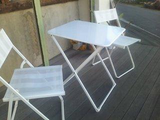 1F外側の椅子とテーブル