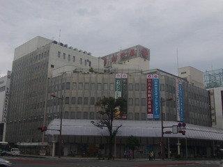 すぐ近くに県内最大のデパートがあります