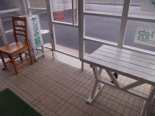 玄関脇に小さな喫煙所があります