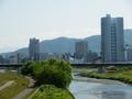 豊平川をはさむ、札幌の街並