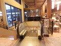 第一滝本館 地下駐車場へ続くエスカレーター