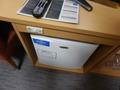 テレビのカウンターの下の冷蔵庫