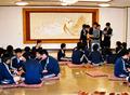 洋間の「富士の間」で親睦を深める