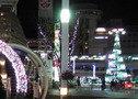 クリスマスの季節にホテル1階入口から豊田市駅を望む
