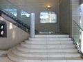 フロントへの階段は美しいフォルムを誇ります
