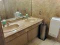 ロビーのトイレは2洗面台・エアタオル方式