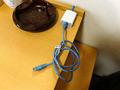 ネットのケーブルは机上に伸びています