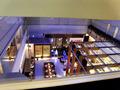廊下の窓から見下ろす階下の飲食店