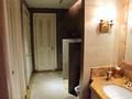 ピンクベースのトイレ内装、白い扉の個室
