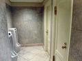 ブルーベースのトイレ内装、白い扉の個室、そして、デジャブ