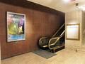 東玄関・エスカレーター上り口にも美術品が・・・