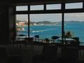 ラウンジ越しの海