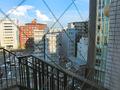 客室フロアから見たビル街、および非常用外階段