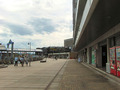 ホテル前あるかぽーと遊歩道とコンビニエンスストア