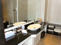 スイートルームの前時代風リリカル洗面鉢