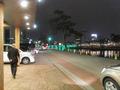 ホテル車寄せとライトアップされた川べり
