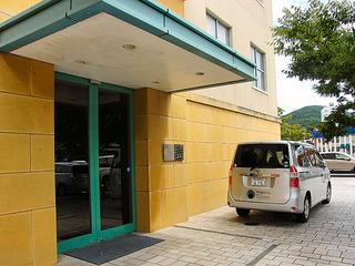 正面玄関右脇出入口とホテル専用車