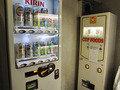 ビールやカップめんもある自販機コーナー