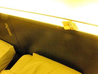 輝くベッドサイド