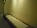 着替え室前の長椅子です。