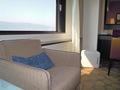 窓近くのソファ。