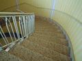 この階段の下にパーテイルームがあります。