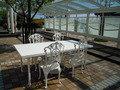 チャペルの外のテーブルです。