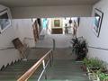 フロント入口か中央階段を見下ろす