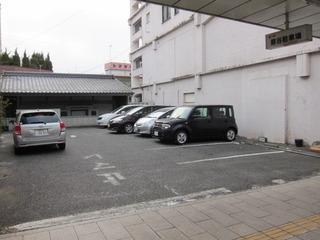 ビル(ホテル)横の駐車場の様子