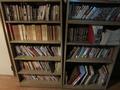 2F共用スペースにある本棚の様子