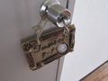 部屋号看板と鍵の様子