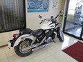ホテルロビーに展示されているバイク