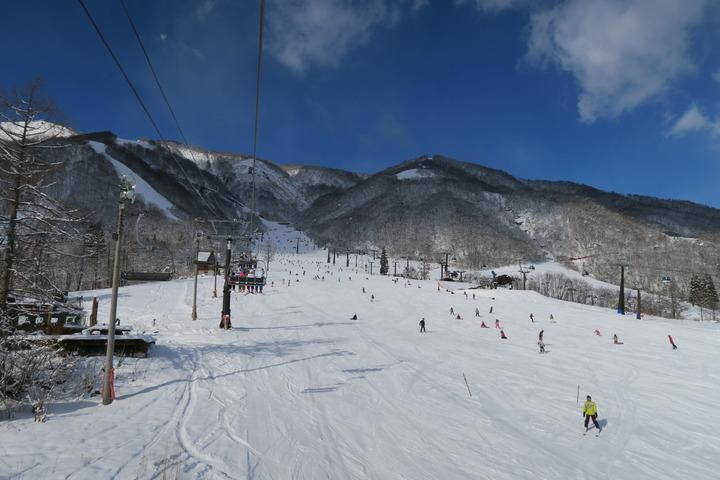 ホテルからのシャトルのあるスキー場