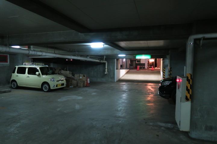 ホテル地下駐車場の様子