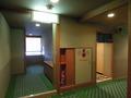 客室廊下にあるトイレと消火器