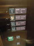 スパやジムに続くエレベータ内の画像