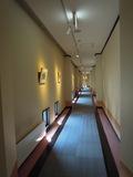 本館から新館へ続く廊下