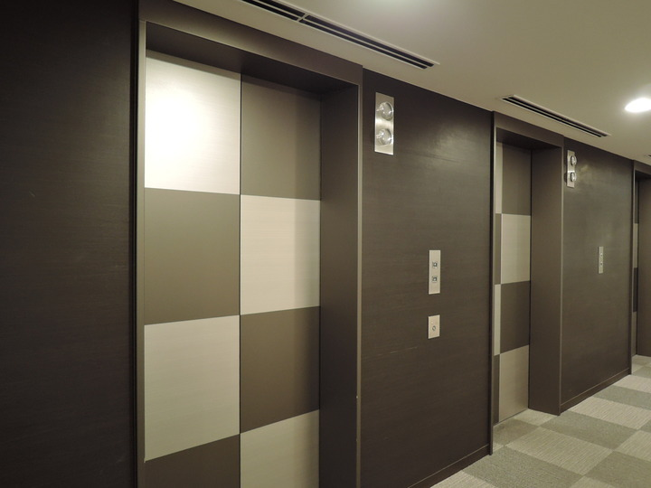 エレベータホール前