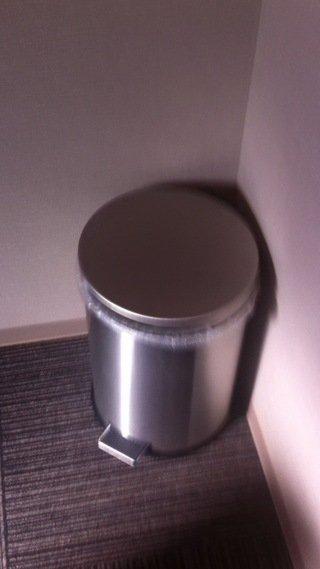 ステンレスのゴミ箱