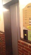 フロント行きのエレベータ