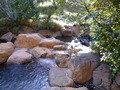 石でできた露天風呂